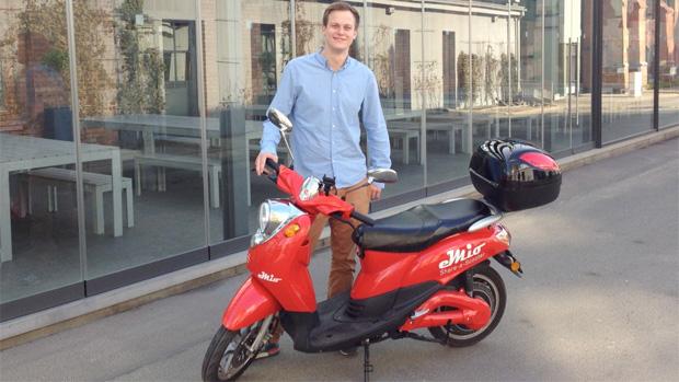 Valerian Seither, einer der eMio-Gründer, und ein knallroter E-Roller auf dem EUREF-Campus.