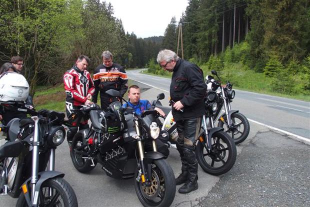 """Aber wir leben bei TÜV SÜD natürlich auch Elektromobilität. Bei der gemeinsamen Ausfahrt der TÜV SÜD e-Motorrad-Gruppe werden """"Elektronen"""" geredet. Alltag im e-Biker-Leben."""