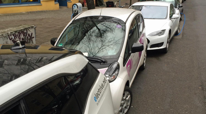 Nachteil der zeitunabhängigen Abrechnung: Voll geladene CarSharing-Stromer werden nicht weggefahren. Hier nehmen zwei Elektroautos den Blockierer zum Laden in die Zange. Bild: Peter Schwierz