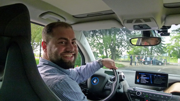 Emotion pur: Ümran Orak im BMW i3 auf dem Verkehrsübungsplatz.