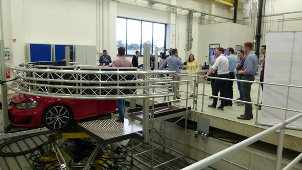 Teilnehmer der Akademie am Fahrsimulator des Niedersächsischen Forschungszentrums Fahrzeugtechnik.