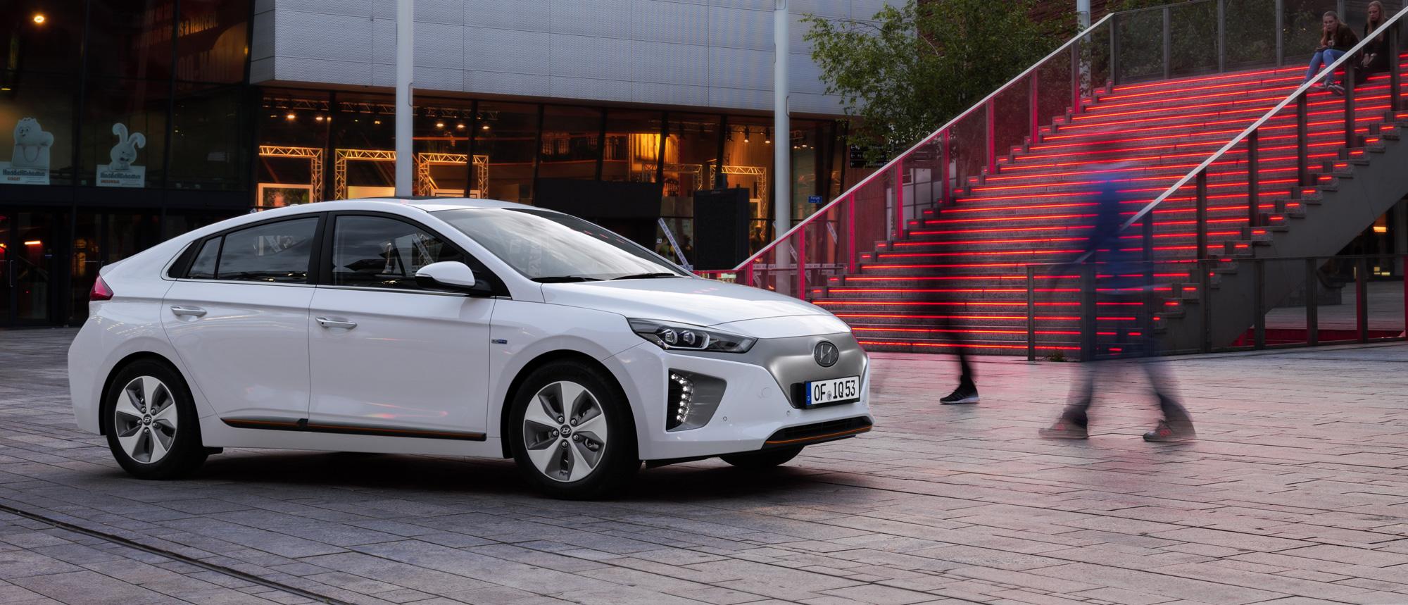 Hyundai-IONIQ-Electric-RechteSeite