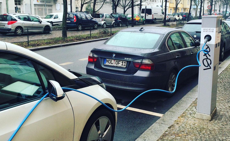 """Typische: Hier blockiert ein Pendler einen """"be emobil""""-Ladepunkt. Dagegen wird in Berlin leider bisher nicht konsequent vorgegangen. Bild: Peter Schwierz"""