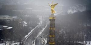 """Um gegen die schlechte Luft in der Hauptstadt zu protestieren, haben schwindelfreie Kletterer von Greenpeace die goldene Frauenstatue auf der Berliner Siegessäule eine Atemschutzmaske verpasst. Zudem wurde der """"Goldelse"""" ein Banner mit der Aufschrift """"Atemlos durch die Stadt"""" an die Hand gegeben. tagesspiegel.de, greenpeace.de"""