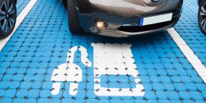 elektroauto-parkplatz-symbolbild