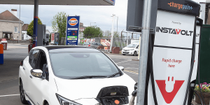 certas-energy-instavolt-charging-station-ladestation-uk-großbritannien-chargepoint