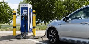 volkswagen-passat-gte-2019-ladestation-charging-station-enbw-fahrbericht-daniel-boennighausen-01
