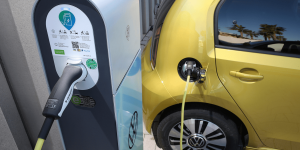 volkswagen-e-up-modelljahr-2020-07-ladestation-charging-station-min